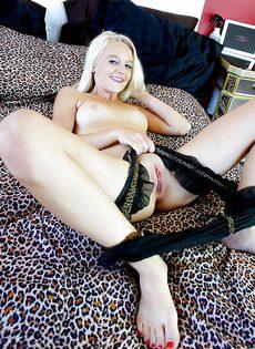 Молоденькой блондинке захотелось подрочить чувствительный клитор - фото #12