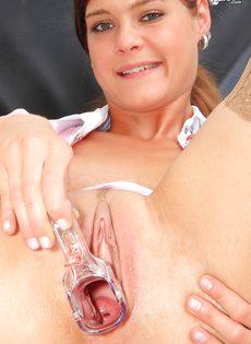 Медсестра в телесных чулках показала вагину изнутри - фото #12