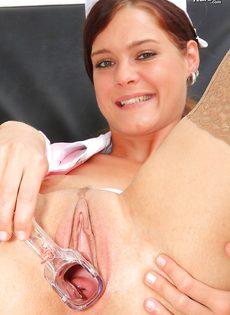 Медсестра в телесных чулках показала вагину изнутри - фото #14