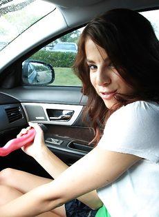 Молоденькой девушке захотелось помастурбировать в машине - фото #4
