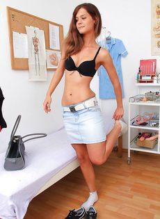 Молоденькая распутница помастурбировала в кабинете гинеколога - фото #2