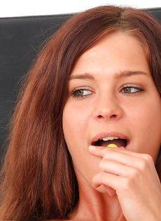 Молоденькая распутница помастурбировала в кабинете гинеколога - фото #7