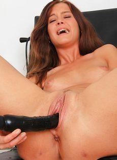 Молоденькая распутница помастурбировала в кабинете гинеколога - фото #14