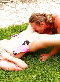 Занимается сексом с привлекательной подружкой на заднем дворе - фото #3