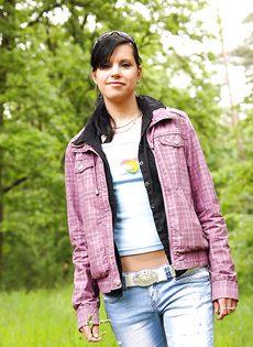 Молодка Veronica N показала маленькую грудь на природе - фото #3