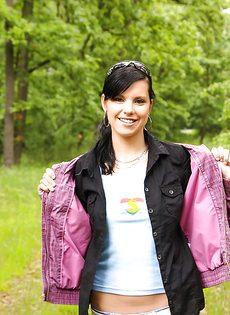 Молодка Veronica N показала маленькую грудь на природе - фото #4