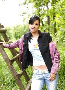 Молодка Veronica N показала маленькую грудь на природе - фото #8