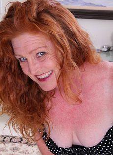 Рыжеволосая баба показывает бритую пизду в разных позах - фото #2