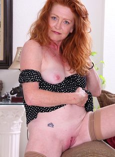 Рыжеволосая баба показывает бритую пизду в разных позах - фото #6