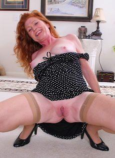 Рыжеволосая баба показывает бритую пизду в разных позах - фото #15