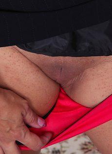 Пышная зрелая стерва выставляет напоказ интимные зоны - фото #9