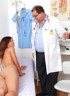 Старый доктор осматривает влагалище молоденькой девахи - фото #8