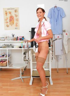 Молодая медсестра закрылась в кабинете и показала вагину - фото #8