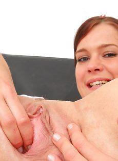 Молодая медсестра закрылась в кабинете и показала вагину - фото #16