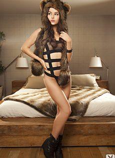 Молодая модель очень красиво позирует для журнала - фото #1
