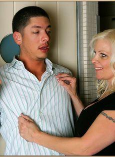 Молодой парень стоя трахает пьяную тетку в туалете бара - фото #2