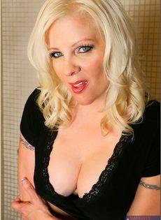 Жирная женщина выбрала не лучшее место для фото сессии - фото #1
