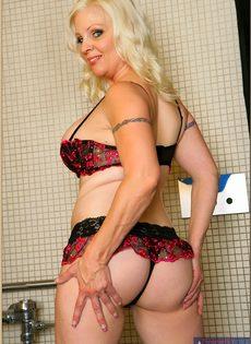 Жирная женщина выбрала не лучшее место для фото сессии - фото #8