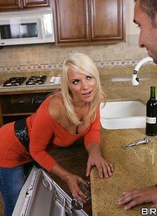 Белокурая красотка наслаждается спермой после совокупления - фото #2