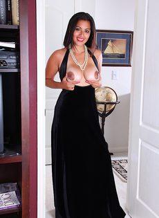 Латиноамериканская девушка возбудилась от прикосновений к киске - фото #3
