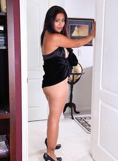 Латиноамериканская девушка возбудилась от прикосновений к киске - фото #7