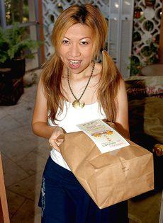 Азиатская девушка раздевается и готовится к мастурбации - фото #1