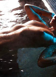 Эротические фото соблазнительной голой брюнетки - фото #15