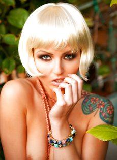 Соблазнительная блондинистая девушка с татуировкой на плече - фото #4