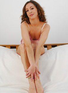 Veronica Hoyos уверенно снимает с себя абсолютно всю одежду - фото #2