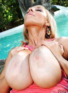 Шикарная блондинка показала здоровенные дойки и бритую киску - фото #15
