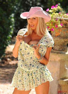Божественная блондинка Sexy Venera опять показала огромные дойки - фото #1