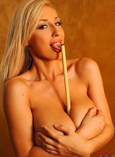 Шикарная блондинка с огромными сиськами позирует возле бильярдного стола - фото #16