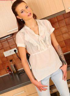 Vena Henna мастурбирует дырочку на кухне - фото #1