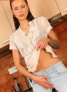 Vena Henna мастурбирует дырочку на кухне - фото #4