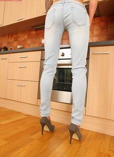 Vena Henna мастурбирует дырочку на кухне - фото #7