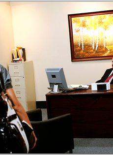 Белокурая помощница ублажает начальника в кабинете - фото #1
