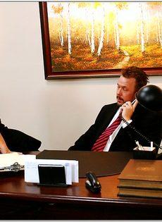 Белокурая помощница ублажает начальника в кабинете - фото #2