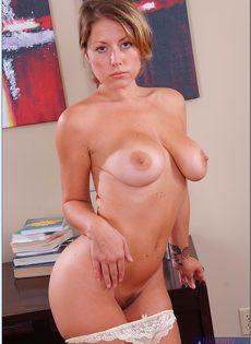 Блондинка с большой грудью показала интимную стрижку на лобке - фото #9