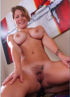 Блондинка с большой грудью показала интимную стрижку на лобке - фото #14
