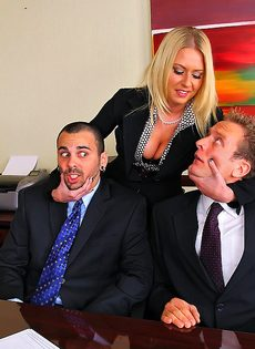 Деловых женщин хорошенько отперли в офисе после работы - фото #1