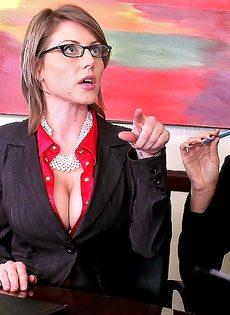Деловых женщин хорошенько отперли в офисе после работы - фото #2