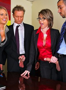 Деловых женщин хорошенько отперли в офисе после работы - фото #5