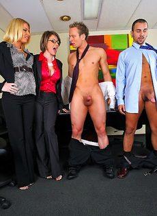 Деловых женщин хорошенько отперли в офисе после работы - фото #7