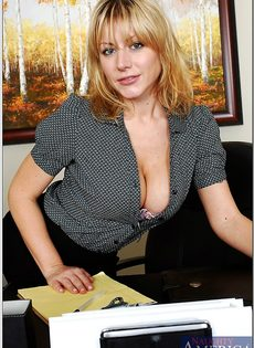 Секретарша с шикарной грудью обнажается на рабочем месте - фото #1