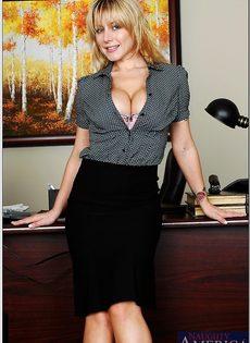 Секретарша с шикарной грудью обнажается на рабочем месте - фото #3
