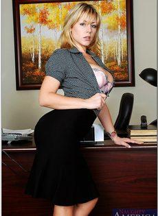 Секретарша с шикарной грудью обнажается на рабочем месте - фото #4
