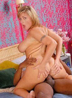 Аппетитной немолодой блондинке понравился секс с негритосом - фото #6