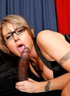 Большой черный пенис влетел в анальное отверстие горячей сучки - фото #3