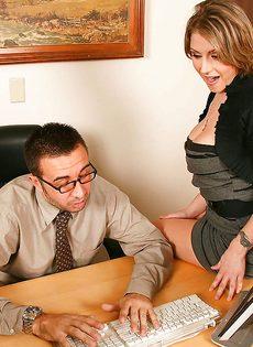 Секретарша решила соблазнить начальника и показала ему грудь - фото #1