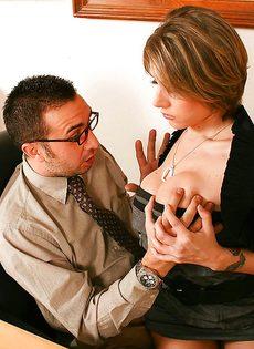 Секретарша решила соблазнить начальника и показала ему грудь - фото #2